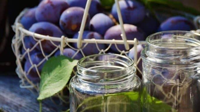 Obst einkochen, die Ernte aus dem Garten verarbeiten