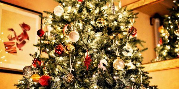 Wechseln: Ein künstlicher Weihnachtsbaum schmückt den Raum