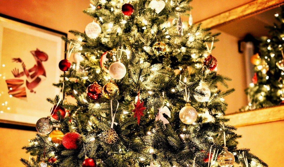 Einen künstlichen Weihnachtsbaum für die Generation 35+