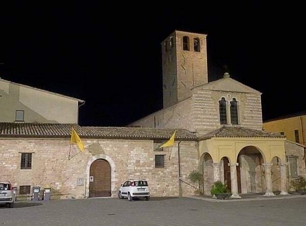 Die Kirche des Stadtviertels unweit der Taverne