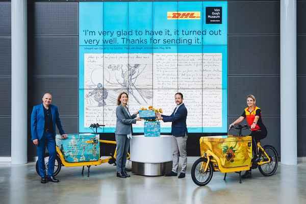 Die Übergabe des ersten Pakets zwischen DHL Express und Van Gogh Museum